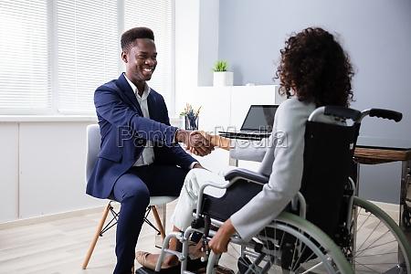 rollstuhl schwarz stuhl amerikanisch afrikanisch behindert
