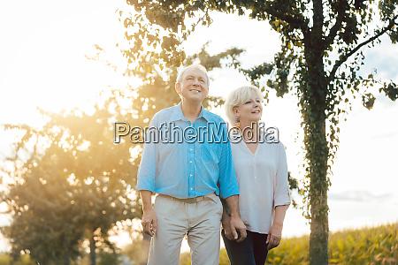 seniorin und mann bei einem spaziergang