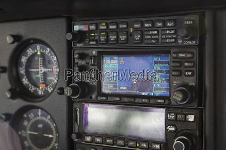 nahaufnahme flugzeug cockpit radio und instrumente
