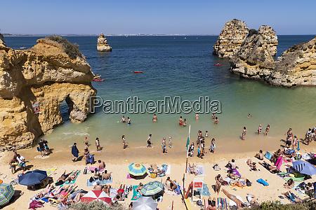 touristen sonnenbaden und schwimmen am sonnigen