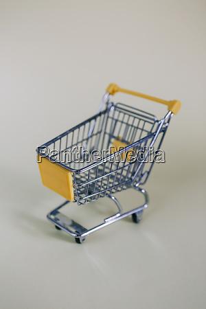 winziger spielzeug einkaufswagen