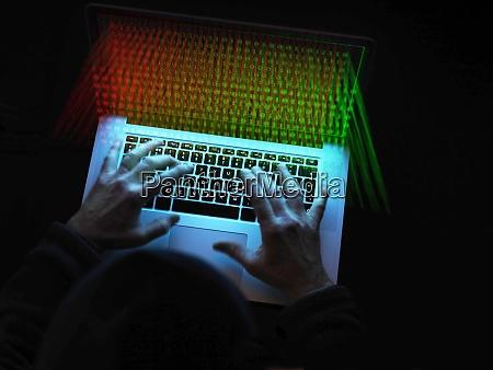 cyber kriminalitaet ein hacker mit einem