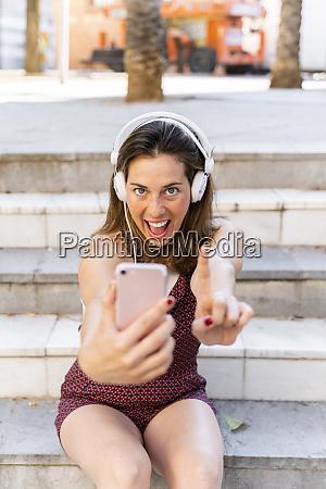 junge frau mit smartphone und musik