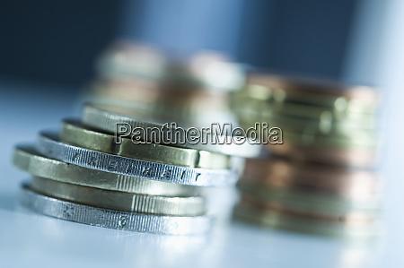 stapel von euro muenzen mit der
