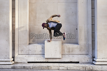 mittlere erwachsene mann springen