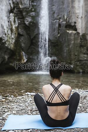 rueckansicht der frau die yoga am