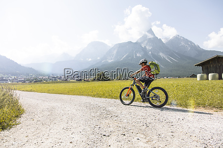 junge mit e mountainbike in den
