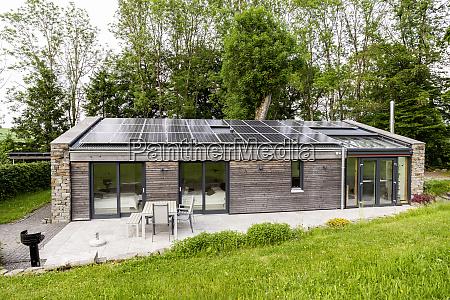 einfamilienhaus mit sonnenkollektoren auf dem dach