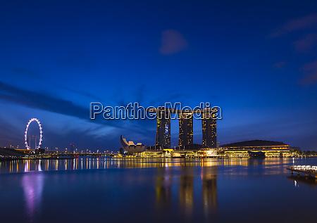 skyline von singapur mit marina bay