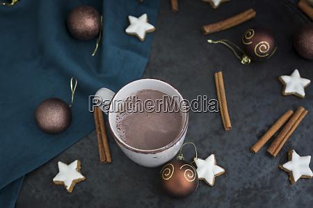 tasse heisse schokolade zur weihnachtszeit