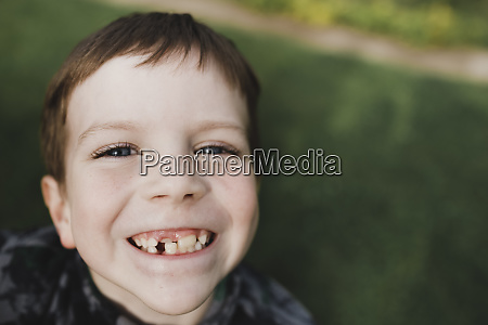 portraet eines jungen mit sommersprossen und
