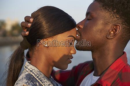 romantisches paar am meer stehend portraet