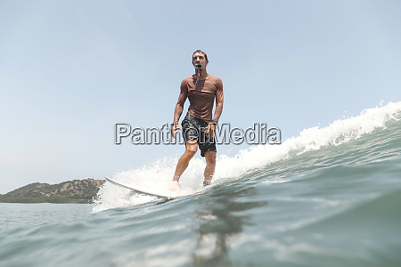 surfer mit action kamera im mund