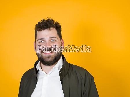 ein cooler mann mit schwarzem bart