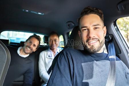 glueckliche junge freunde sitzen im auto