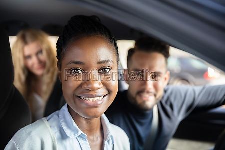 afro afrikanische frau sitzt im auto