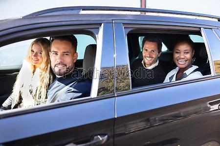 laechelnde freunde im auto auf road