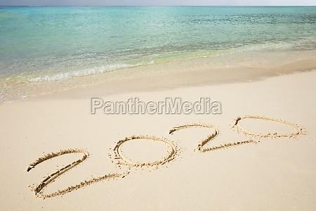 2020 jahr geschrieben auf sand in