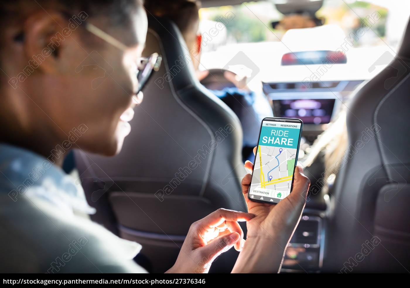 afrikanische, frau, mit, car, sharing, app - 27376346