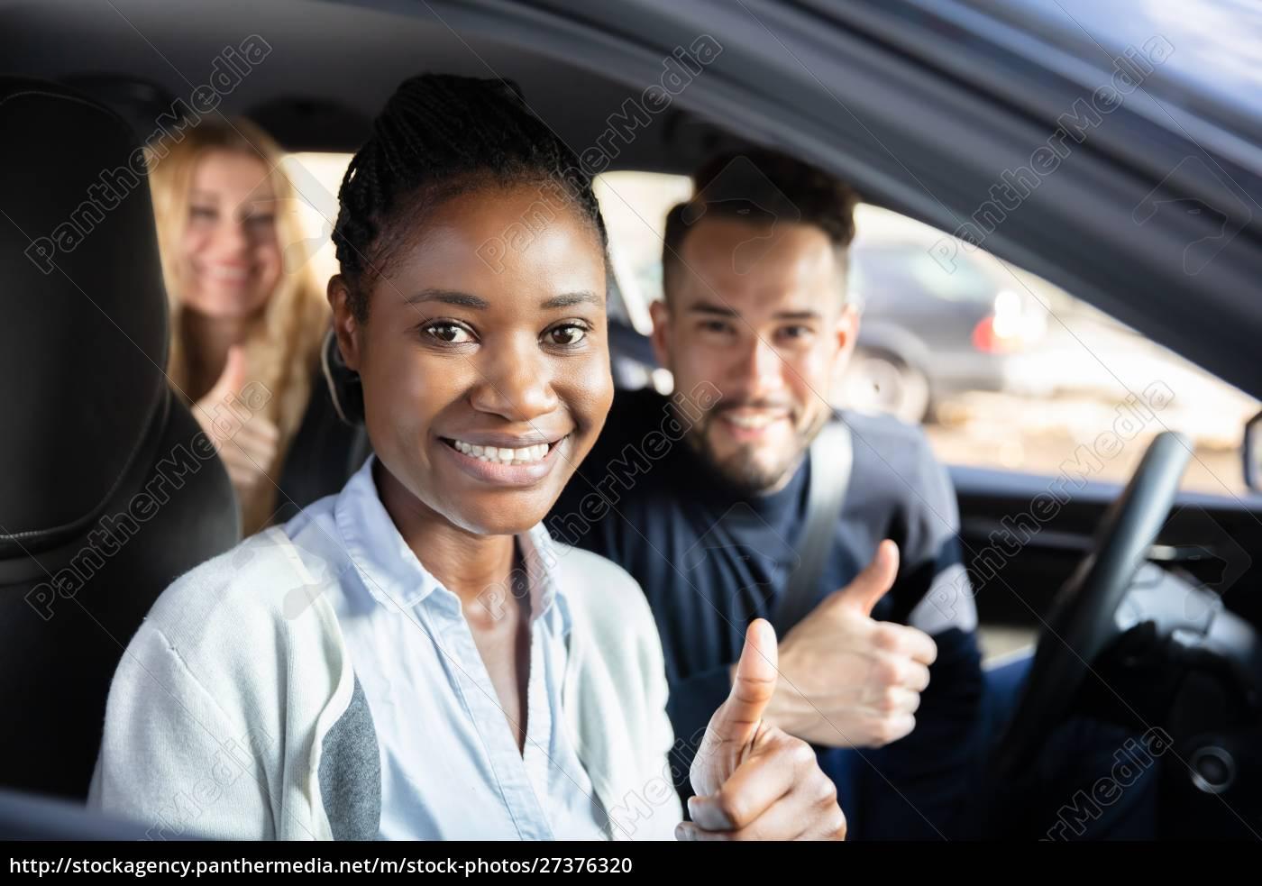 afro, afrikanische, frau, sitzt, im, auto - 27376320