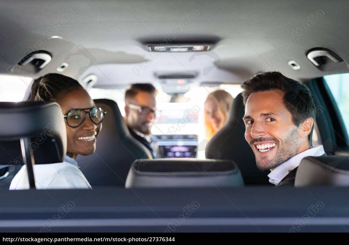 glückliche, freunde, sitzen, im, auto, und - 27376344