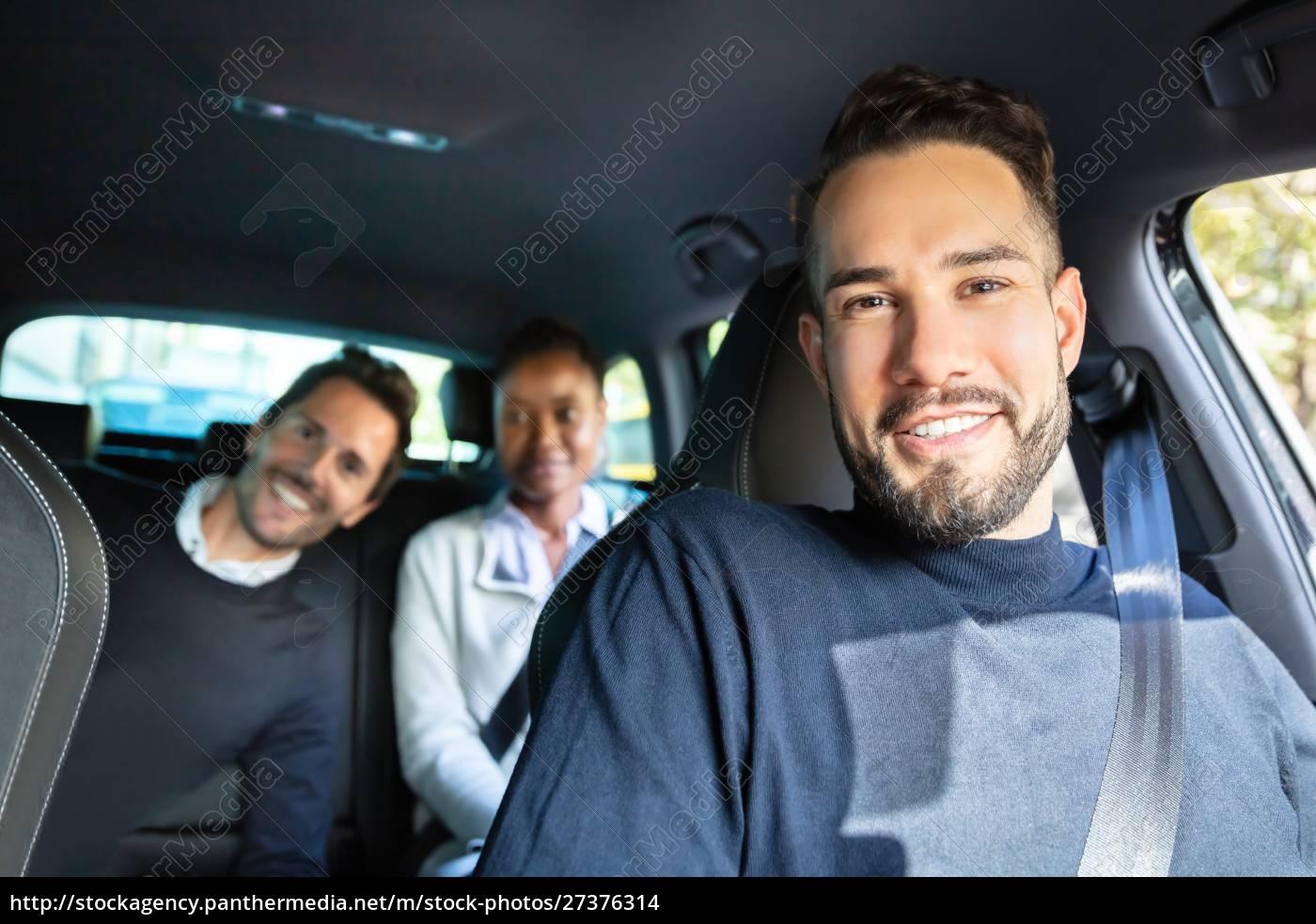 glückliche, junge, freunde, sitzen, im, auto - 27376314