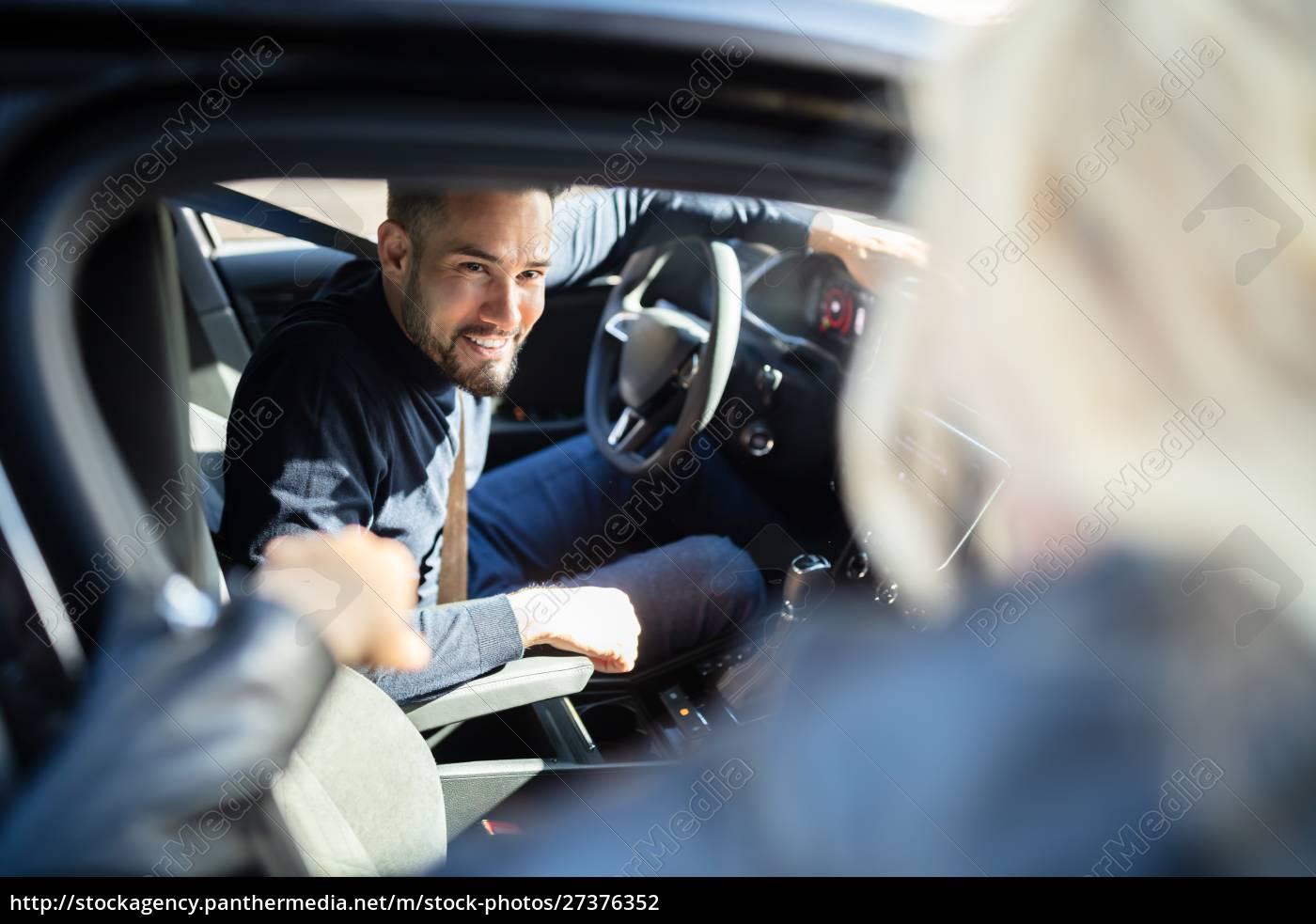 glücklicher, mann, sitzt, im, auto, und - 27376352