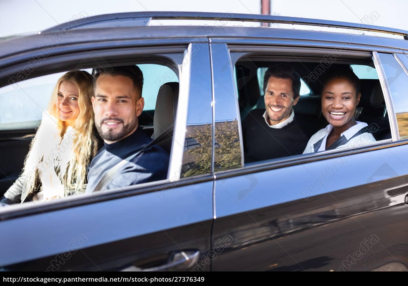 lächelnde, freunde, im, auto, auf, road - 27376349