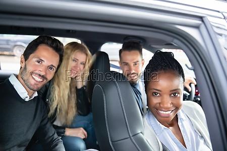 porträt, von, multi-racial-freunden, sitzen, im, auto - 27376332