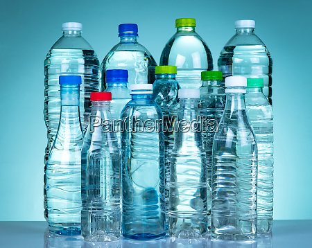 satz von transparenten kunststoff wasserflasche mit