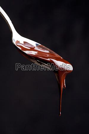 nahaufnahme eines loeffels voller schokolade