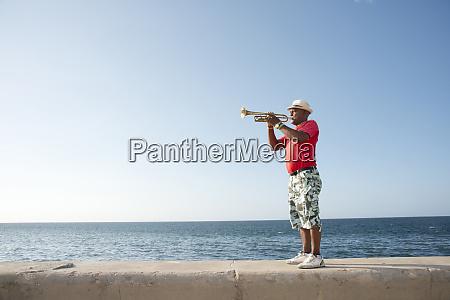 trompeter entlang der malecon in havanna