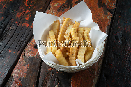 pommes frites auf rustikalem holztisch