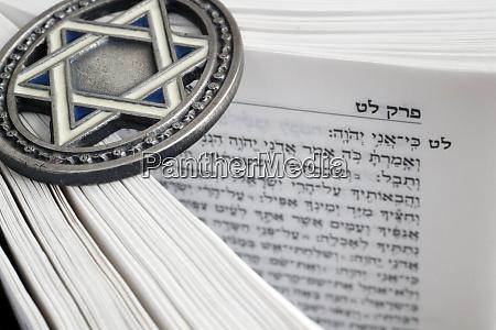tora und davidstern zwei symbole des