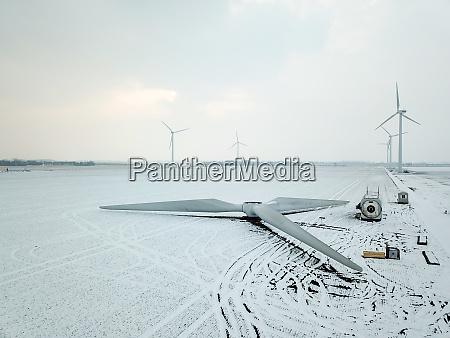 montierter rotor einer windkraftanlage vor der