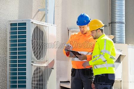 ein elektriker maenner UEberpruefung klimaanlage