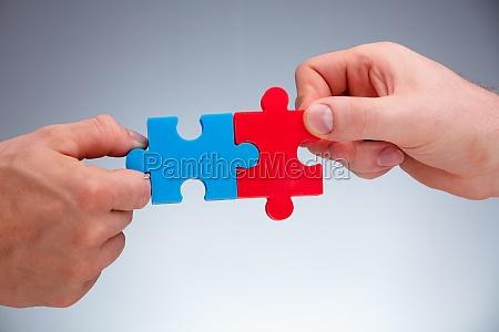 zwei personen die sich den puzzles