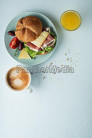 sandwich mit kaffeefruehstueck