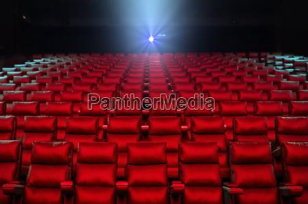 rote kinositze mit beamer licht im
