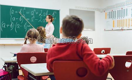 junge schueler in der grundschulklasse