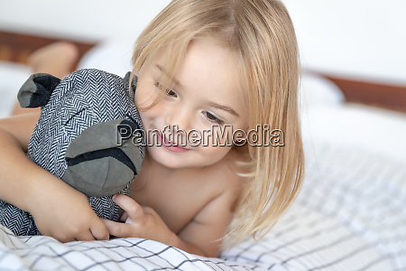 glueckliches baby zu hause