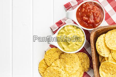 mais nacho chips mit avocado und