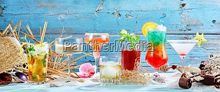 grosse auswahl an tropischen cocktails im