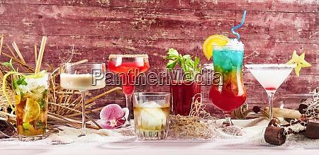 cocktails vor rotem holzhintergrund