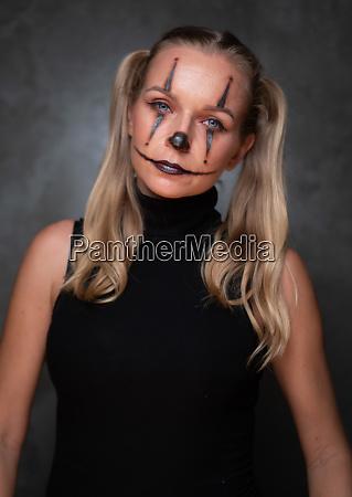 halloween clown frau portraet posiert ueber
