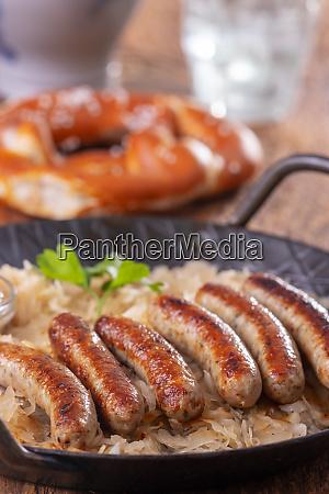 gegrillte nuernberger bratwurst mit sauerkraut