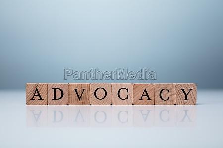 advocacy wort gemacht mit holzbloecken brand