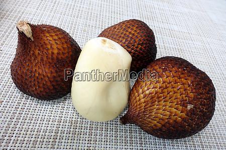 exotische schlangenfrucht oder salak frucht von