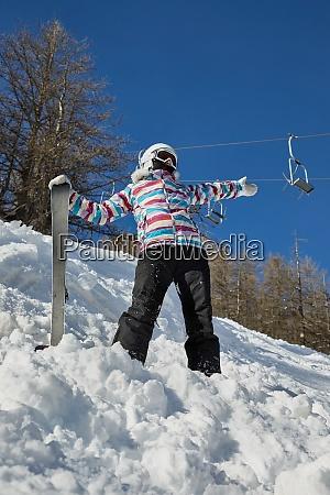 skifahrer bei sonnigem wetter