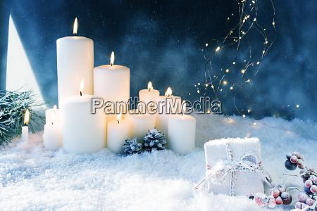 weihnachtsdekoration in verschneiter winternacht